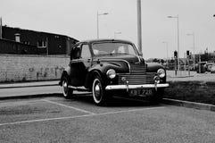 Gammal bil i Wales, när jag reste fullvuxna hankronhjorten Arkivbild