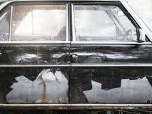 Gammal bil med rostdörrdetaljer Fotografering för Bildbyråer