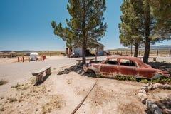 Gammal bil nära historisk rutt 66 i Kalifornien Arkivbilder