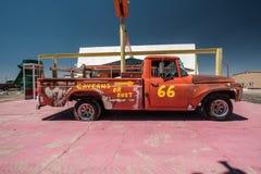 Gammal bil nära historisk rutt 66 i Kalifornien Fotografering för Bildbyråer