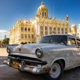 Gammal bil nära museet av rotationen i Havana Arkivfoton