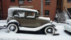 Gammal bil nära till Central Park, Ny arkivbilder