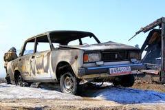 Gammal bil nära trähuset efter en brand Fotografering för Bildbyråer