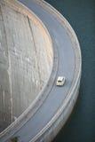 Gammal bil på fördämningen Royaltyfri Foto