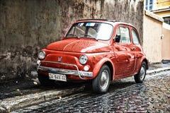 Gammal bil på gatan av Rome Arkivfoto