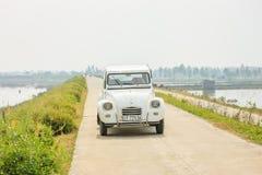Gammal bil på vägen i Hanoi, Vietnam på December 12, 2016 Arkivfoton