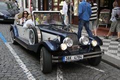Gammal bil som är retro Arkivfoton