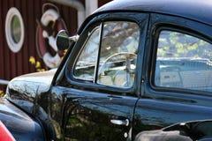 Gammal bil som parkeras av huset i marin- värld Fotografering för Bildbyråer