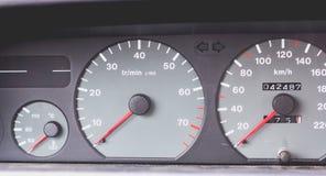 Gammal bilinstrumentbräda av 90-tal med hastighetsmätaren, takometer Arkivfoton