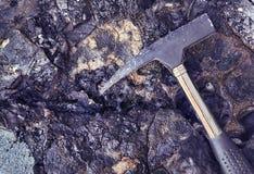 Gammal bitumen med jordluckrarehammaren royaltyfria foton