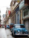 GAMMAL BLÅ AMERIKANARE I EN GATA I HAVANNACIGARREN, KUBA Royaltyfria Foton