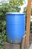 gammal blå cistern Arkivbild