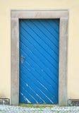gammal blå dörr Arkivfoton