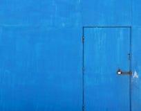 gammal blå dörr för bakgrund arkivfoto