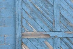 Gammal blå detalj för dörr för lagringsbyggnad royaltyfria foton