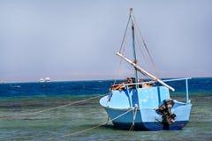 Gammal blå fiskebåt i Egypten arkivbilder
