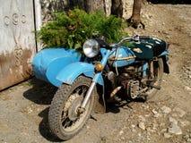 Gammal blå motorcykel Arkivbild