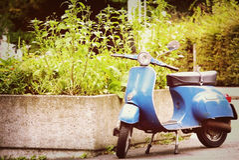 Gammal blå sparkcykel Royaltyfri Foto