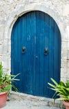 Gammal blå trädörr på Kreta arkivfoto