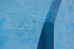 Gammal blå vägg med skugga Royaltyfri Bild