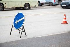 Gammal blå vägmärkeomväg till det vänstert royaltyfri fotografi