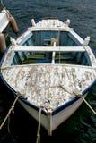 Gammal blått- och vitfiskebåt med repet Royaltyfri Bild