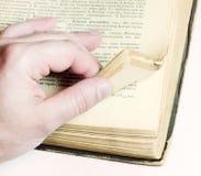gammal blad man för bok arkivfoto