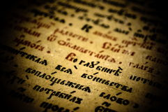 Gammal bok med skriften Arkivfoton