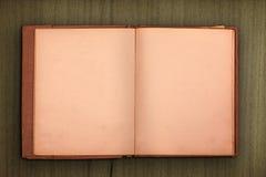 Gammal bok med träbakgrund Royaltyfria Bilder