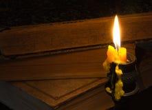 Gammal bok och ett stearinljus Royaltyfria Bilder