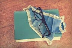 Gammal bok och exponeringsglas Arkivbild