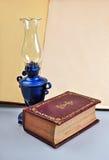 Gammal bok och lampa royaltyfria bilder