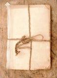 Gammal bok och rep Arkivbilder