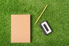 Gammal bok på grönt gräs Arkivbilder