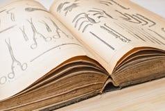 Gammal bok på medicincloseupen arkivfoto