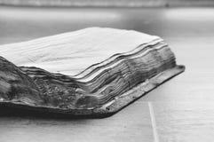 gammal bok som br?nns royaltyfri bild