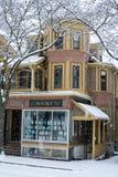 Gammal bokhandel i snön royaltyfri fotografi