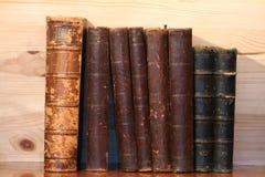 gammal bokhylla Royaltyfria Bilder