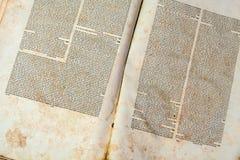 Gammal bokomslagtappningtextur isolerade för manuskriptpapper för svart bakgrund den forntida skröpliga religiösa historiska boks arkivfoto
