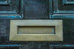 Gammal bokstavsask i dörren, traditionell väg av att leverera bokstäver Fotografering för Bildbyråer