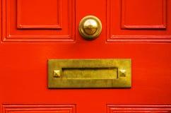 Gammal bokstavsask i dörren, traditionell väg av att leverera bokstäver Arkivbilder