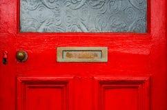 Gammal bokstavsask i dörren, traditionell väg av att leverera bokstäver royaltyfria bilder