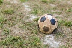 Gammal bollfotboll på gräs Arkivfoton