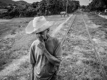 Gammal bonde med sugrörhatten arkivbild