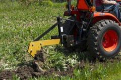 Gammal bonde Plowing With en enkel nedersta plog Royaltyfri Foto