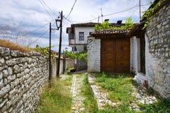 Gammal borggård i Berat, Albanien Arkivfoto