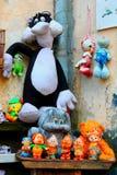 Gammal borggård i Lviv som fyller med gamla leksaker Fotografering för Bildbyråer