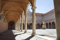 Gammal borggård med valv och en staty, i Pisa, Italien Royaltyfri Foto