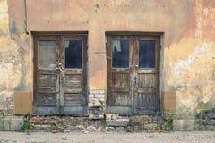 Gammal borttappad hem- blick med två trädörrar Fotografering för Bildbyråer