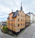 Gammal bostads- byggnad i ett historiskt område i Stockholm Arkivfoto